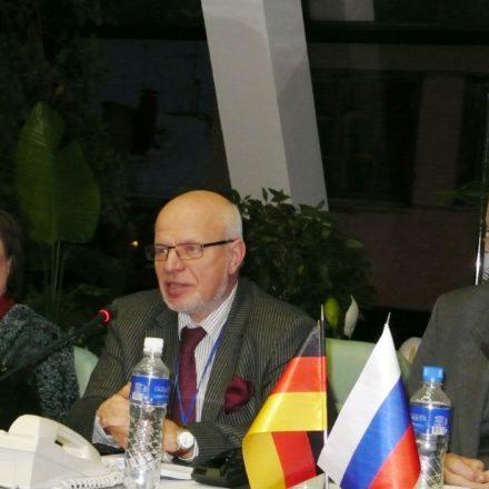 Bei der Gründung des Sozialforums 2011: Anne Hofinga, Michael Fedotow, Vorsitzender des russischen Menschenrechtsrats, und der ehemalige deutsche Botschafter in Moskau Ernst-Jörg von Studnitz. / Perspektive Russland e.V.