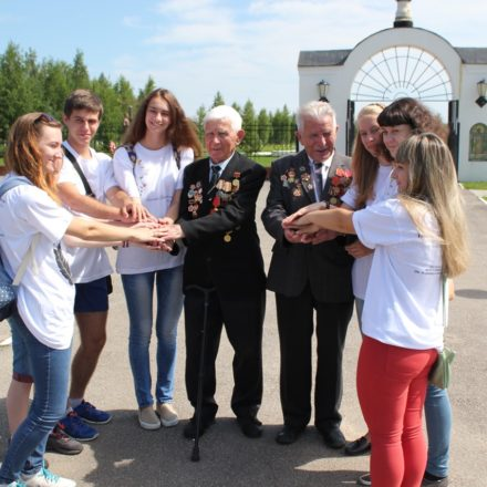 Zwei Generationen vor dem Friedenspark in Rschew /Deutsche Schule Moskau