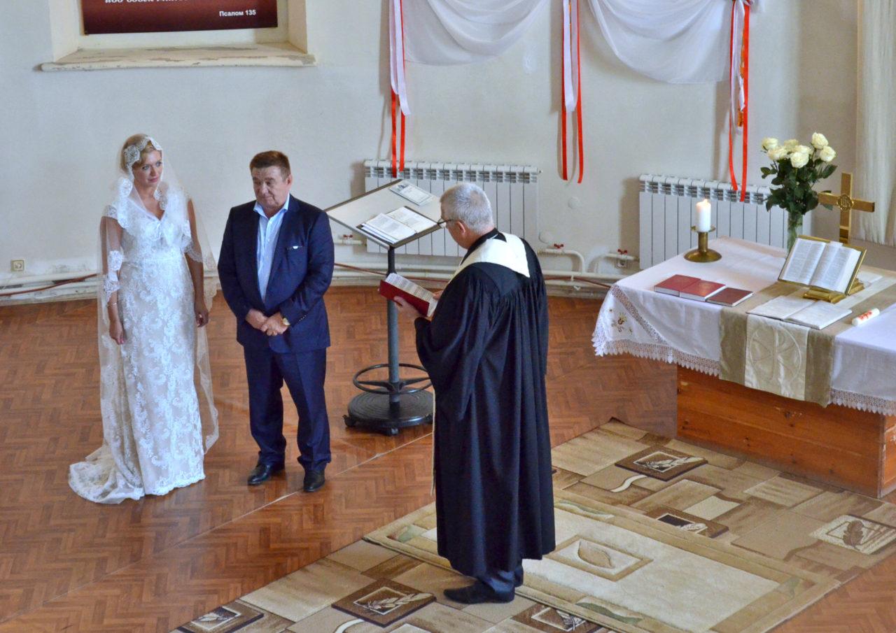 Trauung durch Pfarrer Wladimir Rodikow in der lutherischen Kirche zu Marx. / Tino Künzel
