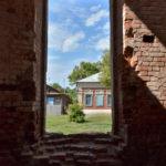Blick aus der Ruine der Maria-Himmelfahrt-Kirche auf Häuser in Sowjetskoje. / Tino Künzel