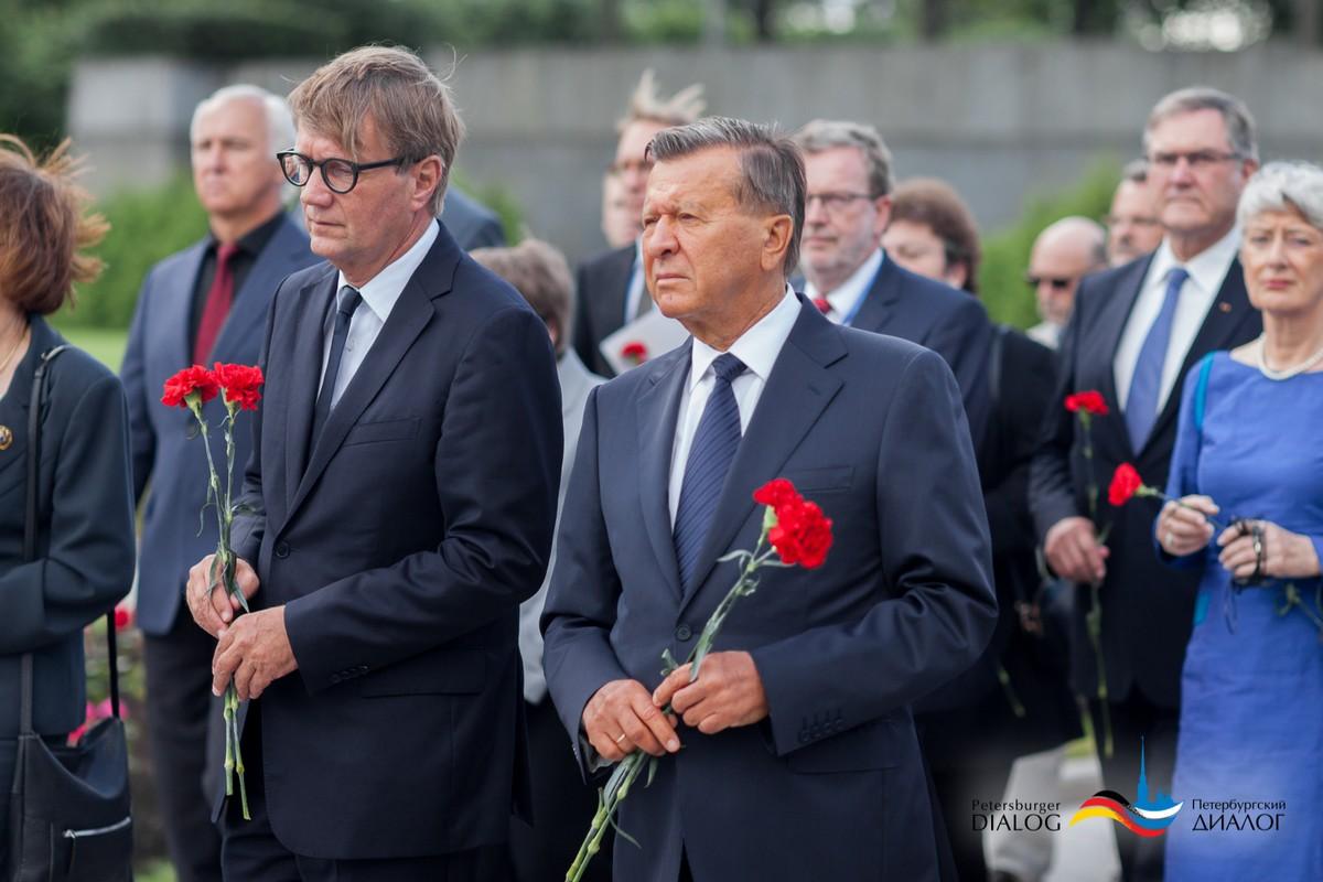 Die beiden Vorsitzenden des Petersburger Dialogs, Ex-Kanzleramtschef Ronald Pofalla (l.) und Ex-Premierminister Viktor Subkow, gedenken dem 22. Juni 1941 / Petersburger Dialog
