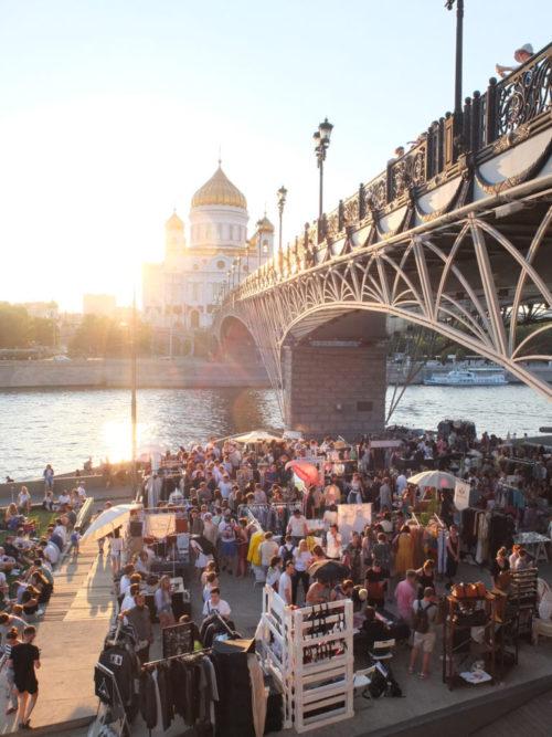 Der Lamaba-Markt unter der Patriarchenbrücke. Am anderen Ufer die Christ-Erlöser-Kathedrale / Alina Bertels