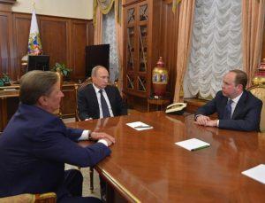 Iwanow, Putin und Vaino (r.) bei der Ämterübergabe im Kreml / kremlin.ru