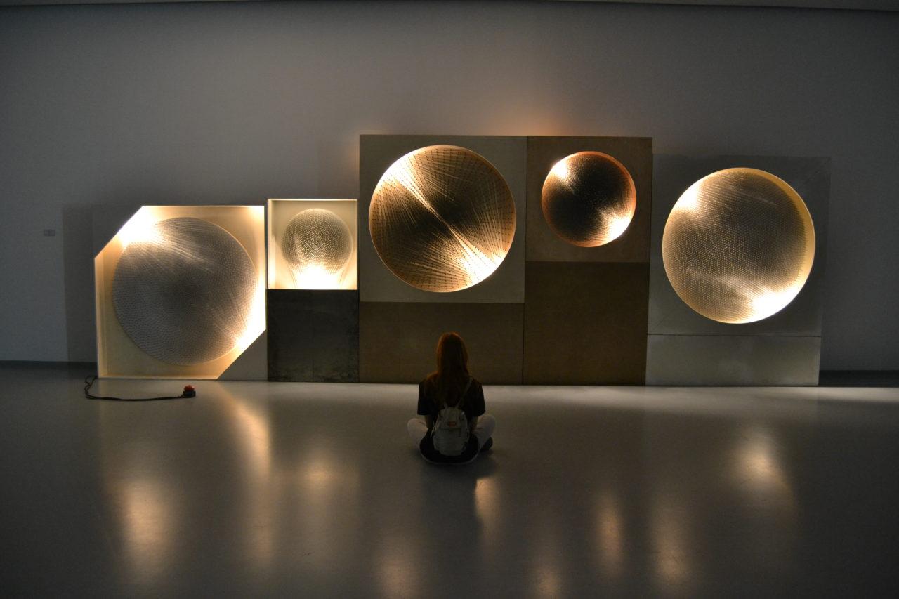 """Eine Besucherin vor Günther Ueckers Installation """"Kosmische Vision"""" in Moskau / Anastassija  Buschuewa"""