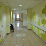 Die Wände in den Korridoren sind hübsch bemalt. / Tino Künzel