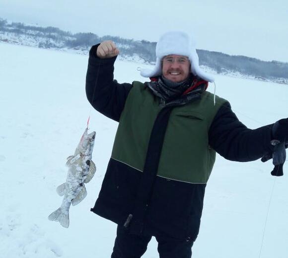 Eisfischer Wassilij Igonin hat sichtlich Erfolg. / privat