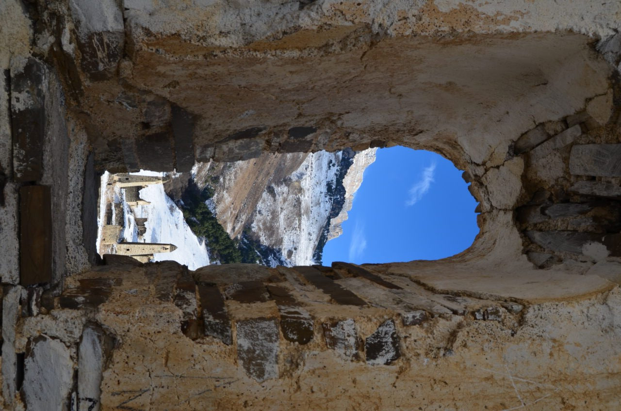 Blick aus verfallener Kirche auf Targim / Peggy Lohse