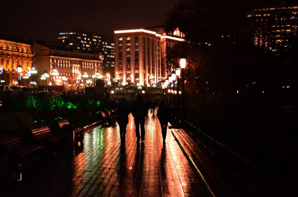 Geben Sie Acht vor den dunklen Gestalten der Nacht. Auch in Moskau. / Peggy Lohse