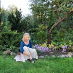 Jelena Stozkaja vor ihrem Stadt-Garten / Foto: Inna Runkowskaja.