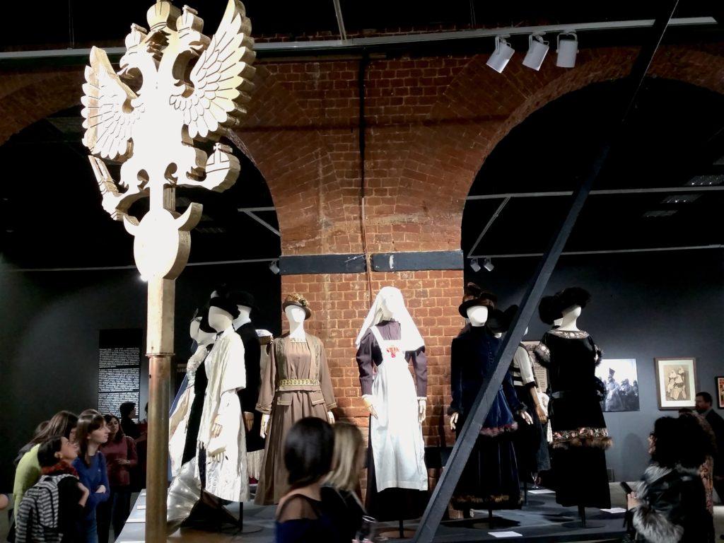 """Beruf und soziale Stellung beeinflussten den Kleidungsstil stark. Ausstellung """"Moskau. Mode und Revolution"""" im Museum Moskaus / Peggy Lohse"""