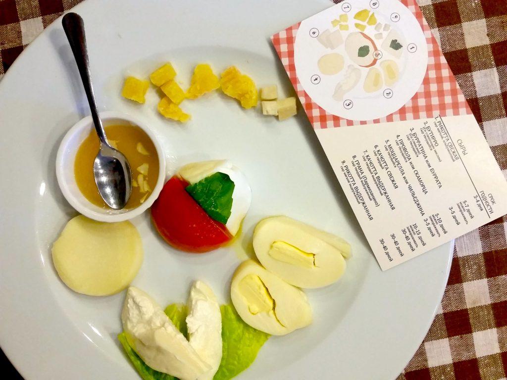 Sechs verschiedene Käsesorten werden zur Verkostung angeboten. Ganz klassisch: mit Honig, Tomate und Basilikum. / Peggy Lohse