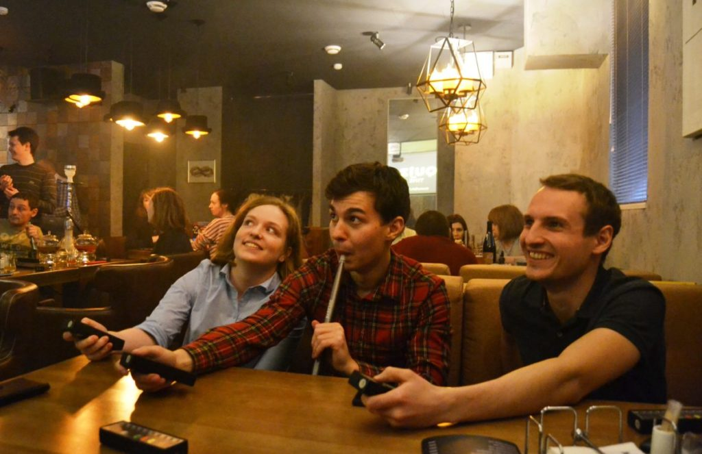 Per Fernbedienung und W-Lan wählen die Pub-Quizzer ihre Fragen aus / Anastassija Buschujewa