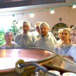 Was passiert da nur mit der Milch? Beim Käserei-Workshop mit Gianna Mazza. / Peggy Lohse