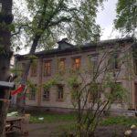 Ein Holzhaus aus dem 19. Jahrhundert an der Metrostation Poljanka. Hier wohnt Marija Wischnjewskaja. / Foto: Privat.