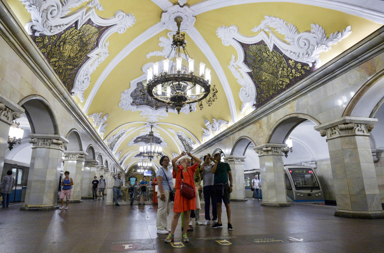 Touristen sehen mehr als Moskauer, besonders in der Metro. Hier: Station Komsomolskaja / RIA Novosti