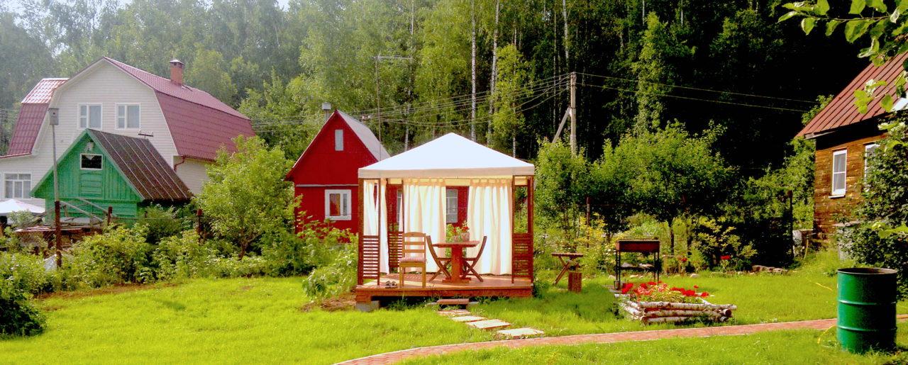 Einem jedem sein kleines Paradies im Grünen: Russische Vorstädte sind eng bebaut mit den kleinen, gemütlichen Holzhüttchen. / Nikolaj Koroljow