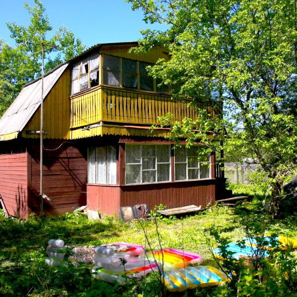 Noch eine Etage, ein Balkon, dann noch einer... Die Datscha wächst mit der Familie ihres Hausherren. / Nikolaj Koroljow