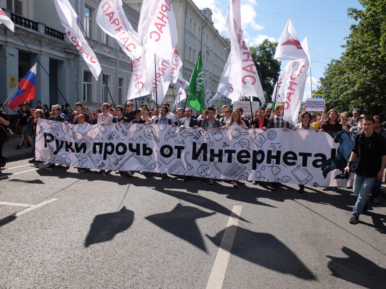 """""""Hände weg vom Internet!"""" In Moskau demonstrierten nach Angaben der Veranstalter 2000 Menschen. / Christopher Braemer"""