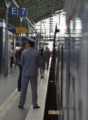 """Die """"Strizh""""-Stewards am Berliner Ostbahnhof / Peggy Lohse"""