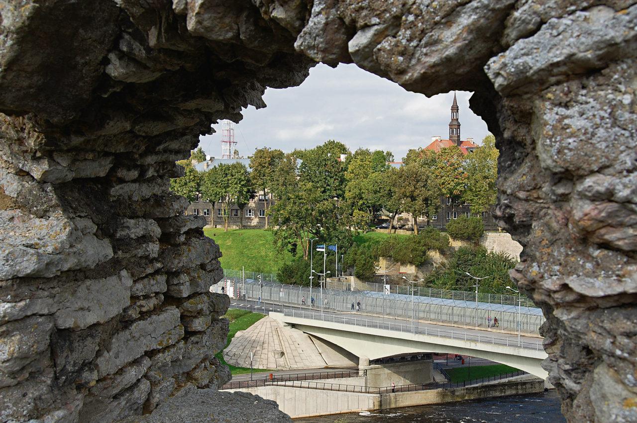 Die Festung Iwangorod gibt den Blick auf den Übergang und ein Stück der Nachbarstadt Narwa frei.