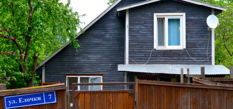 Ein bereits erneuerter Holzhaus-Nachbar in Mamontowka / Peggy Lohse