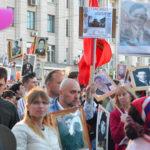 Die Moskauer Innenstadt verwandelt sich in ein Meer aus Flaggen und Bildern.