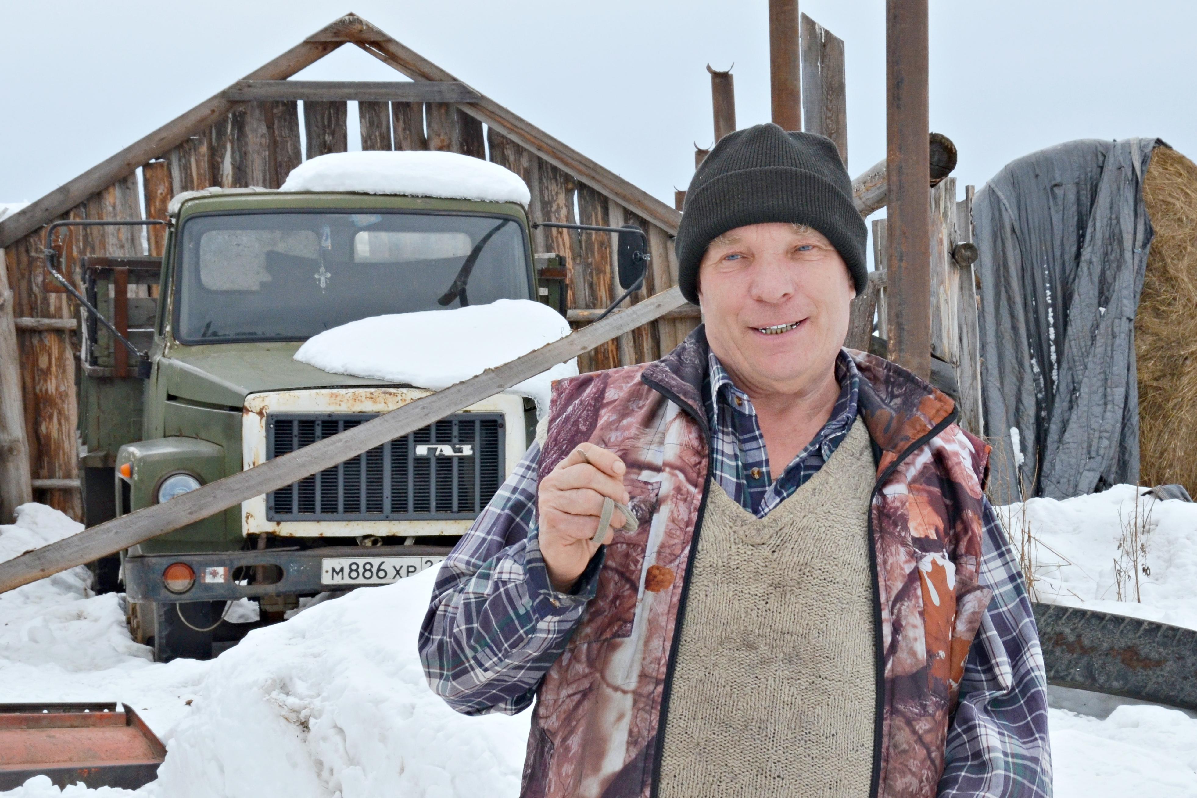 Anatolij Staschkunas auf seinem Grundstück / Peggy Lohse