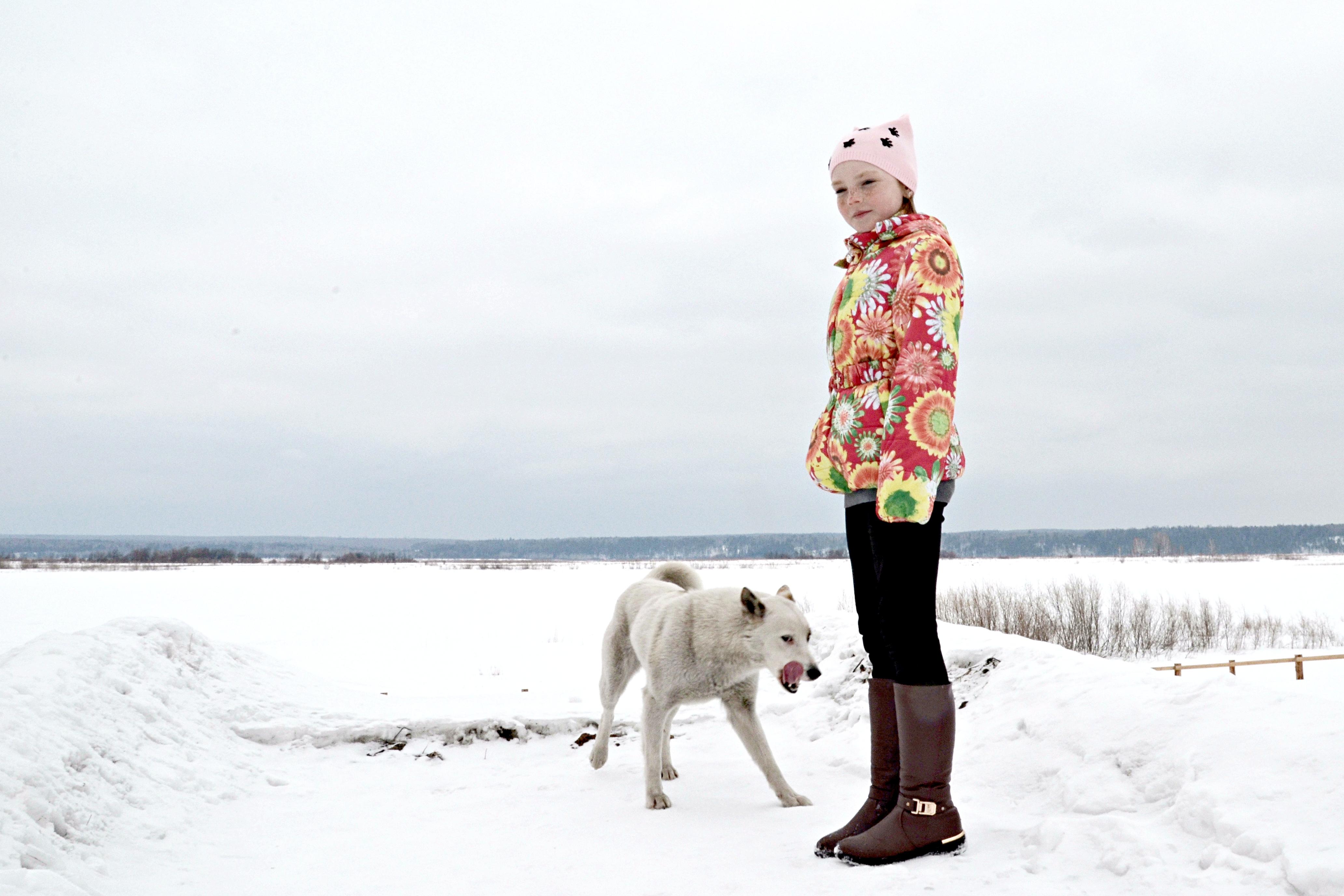 Staschkunas' Pflegetochter Anna mit einem Straßenhund am Jenissej-Ufer / Peggy Lohse