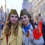 Maria und Natalja gedenken ihrer Angehörigen während des friedlichen Marsches.