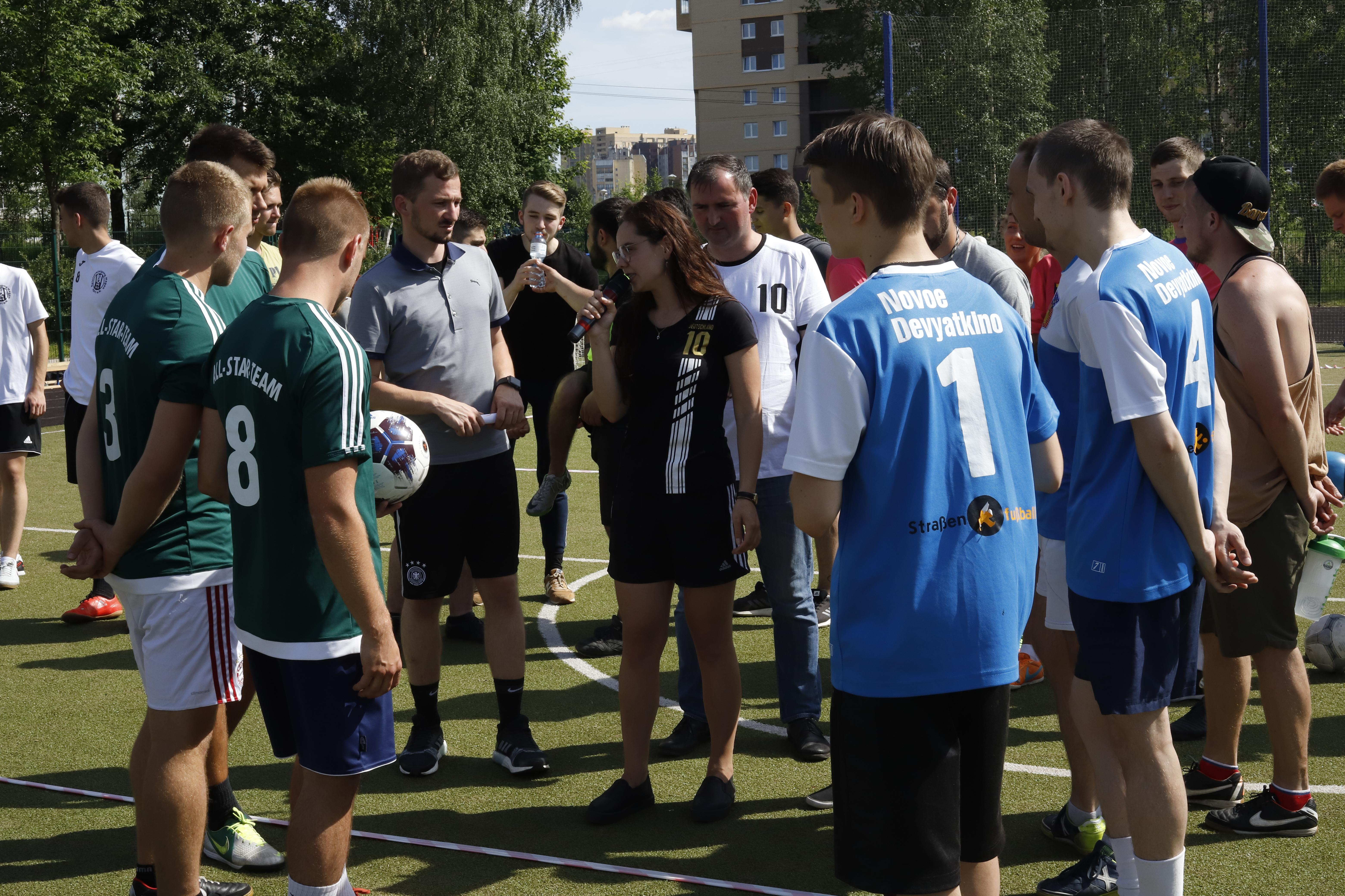 Fairplay-Regeln aufstellen bei den Deutsch-Russischen Fußballbrücken in Nowoje Dewjatkino / Peggy Lohse