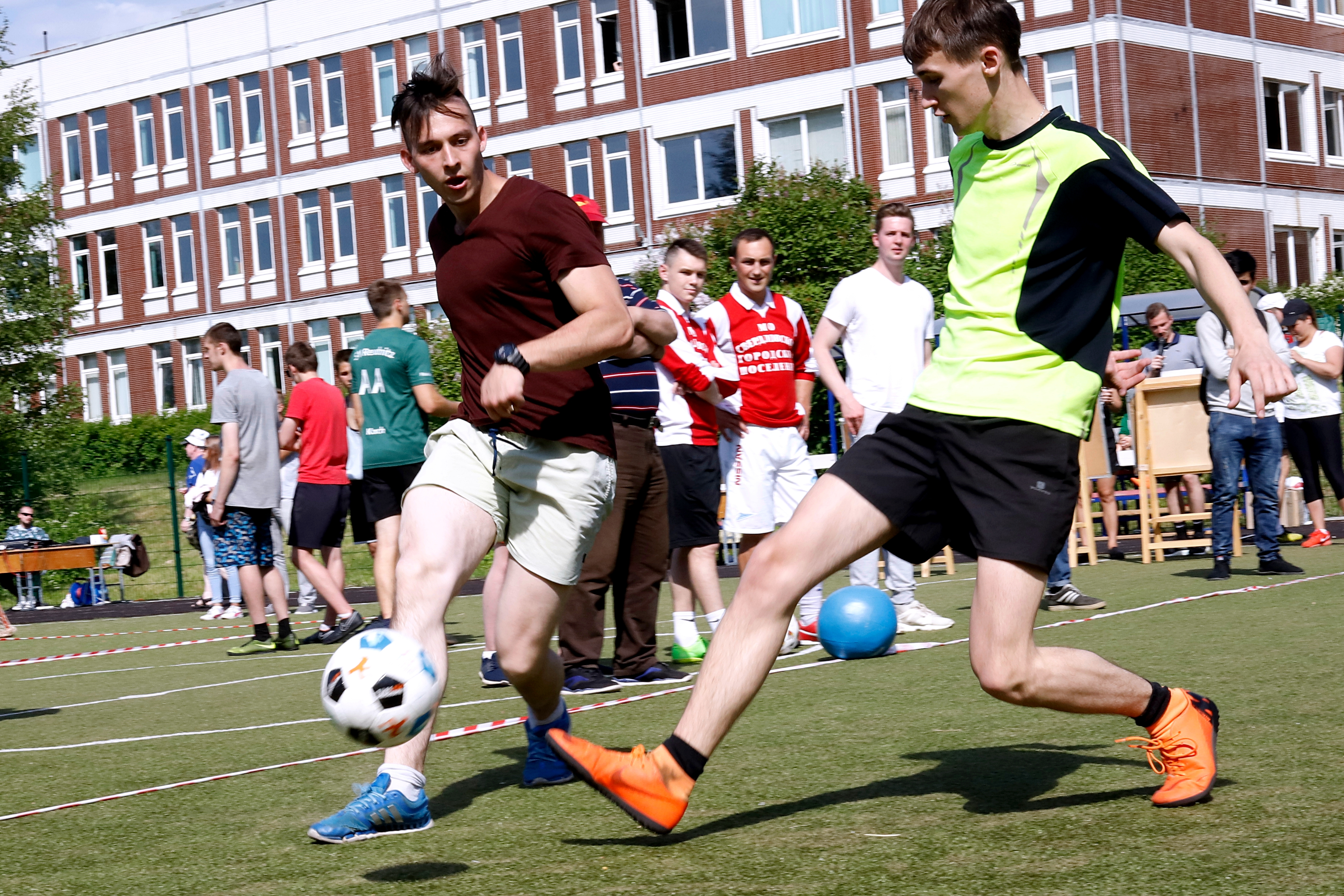 Fairer Kampf um den Ball bei den Deutsch-Russischen Fußballbrücken in Nowoje Dewjatkino / Peggy Lohse
