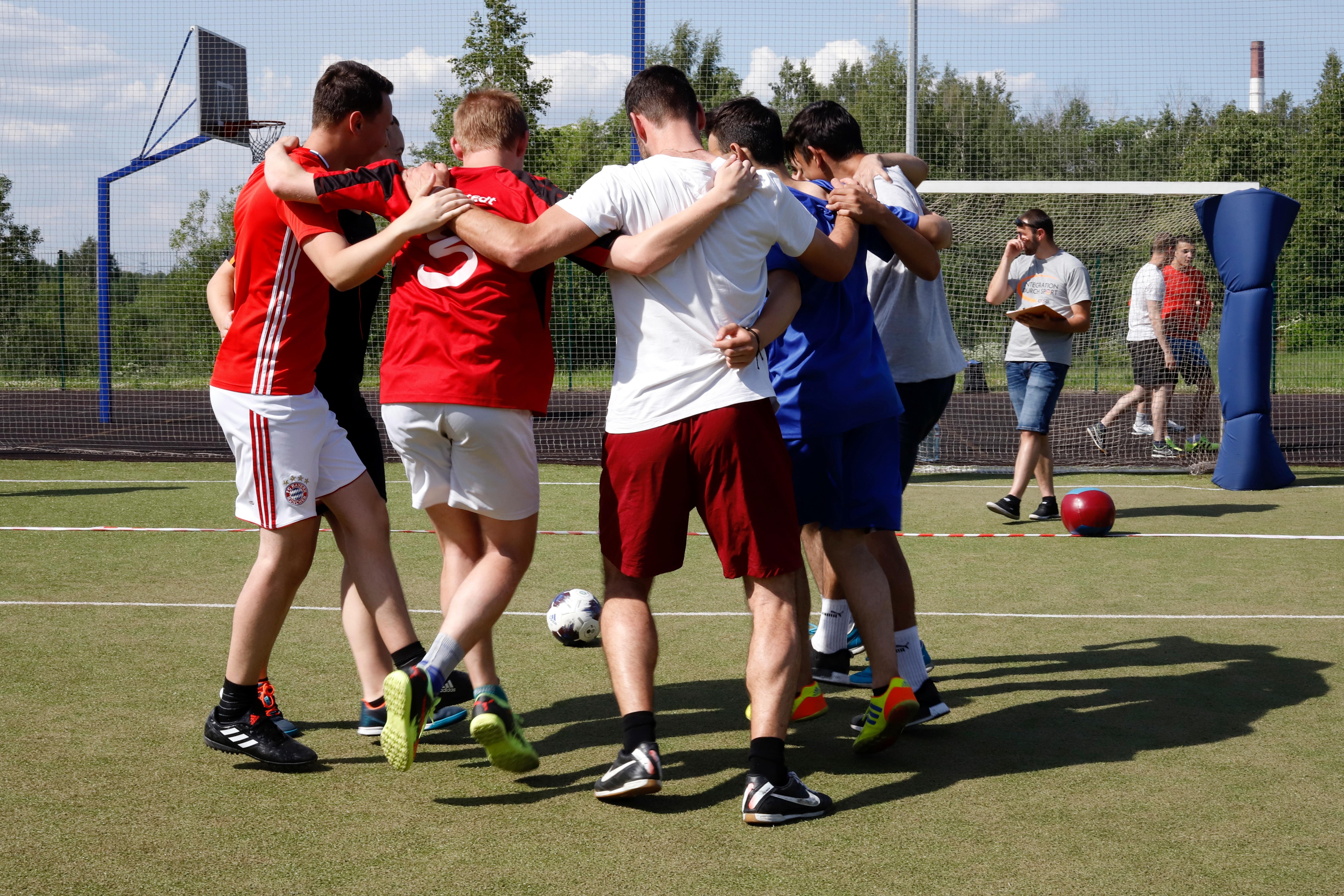 Gemeinsamer Nach-Spiel-Tanz bei den Deutsch-Russischen Fußballbrücken in Nowoje Dewjatkino / Peggy Lohse
