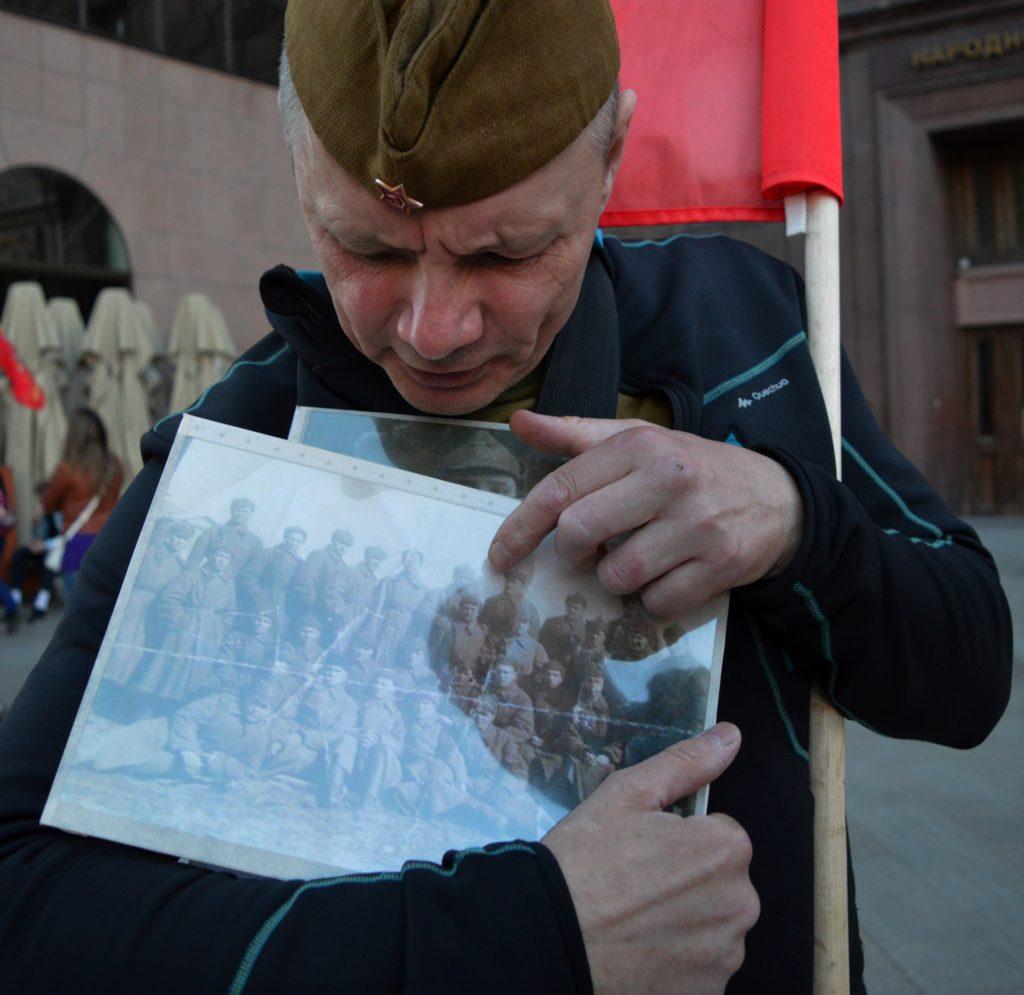 Nicht in Vergessenheit geraten: Nikolai zeigt ein Foto seines uniformierten Großvaters.