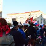 Rote Schleife und rote Fahnen bei dem Gedenkmarsch am 9. Mai.