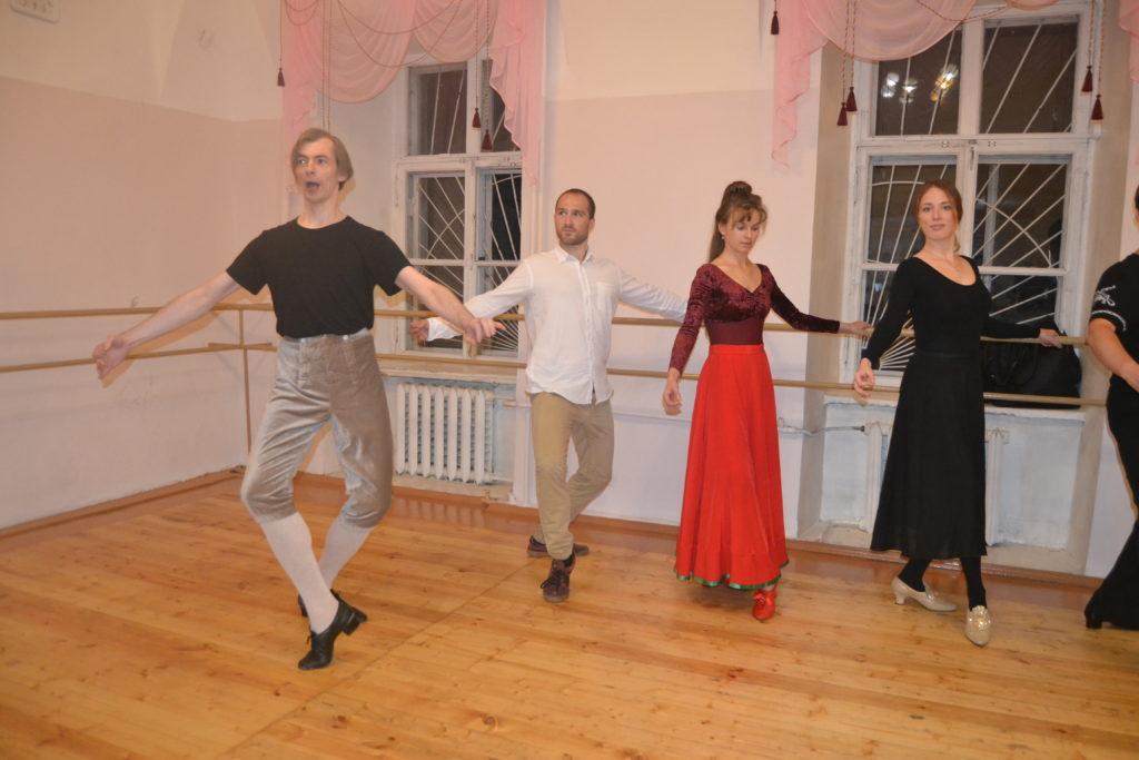 Klassische Bälle sind in Russland wieder im Kommen. Doch wie fühlt es sich an, wie vor 300 oder 400 Jahren zu tanzen? Die MDZ hat sich aufs Parkett getraut und eine Übungsstunde mitgemacht.