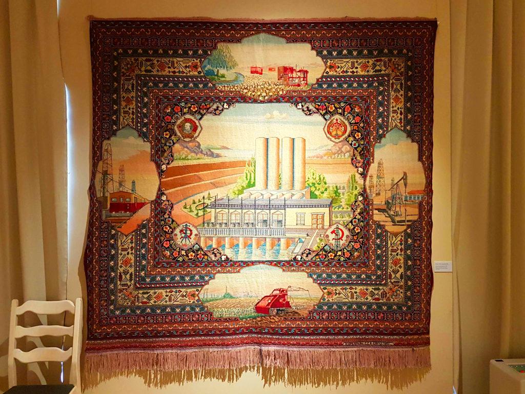 """Aserbaidschanische Teppichkunst der Sowjetzeit: Wandteppich """"Mingetschaurer Wasserkraftwerk"""""""