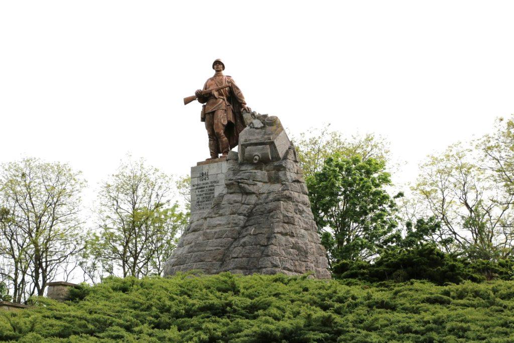Erinnerungsort: Gedenkstätte Seelower Höhen mit der Statue des sowjetischen Bildhauers Lew Kerbel