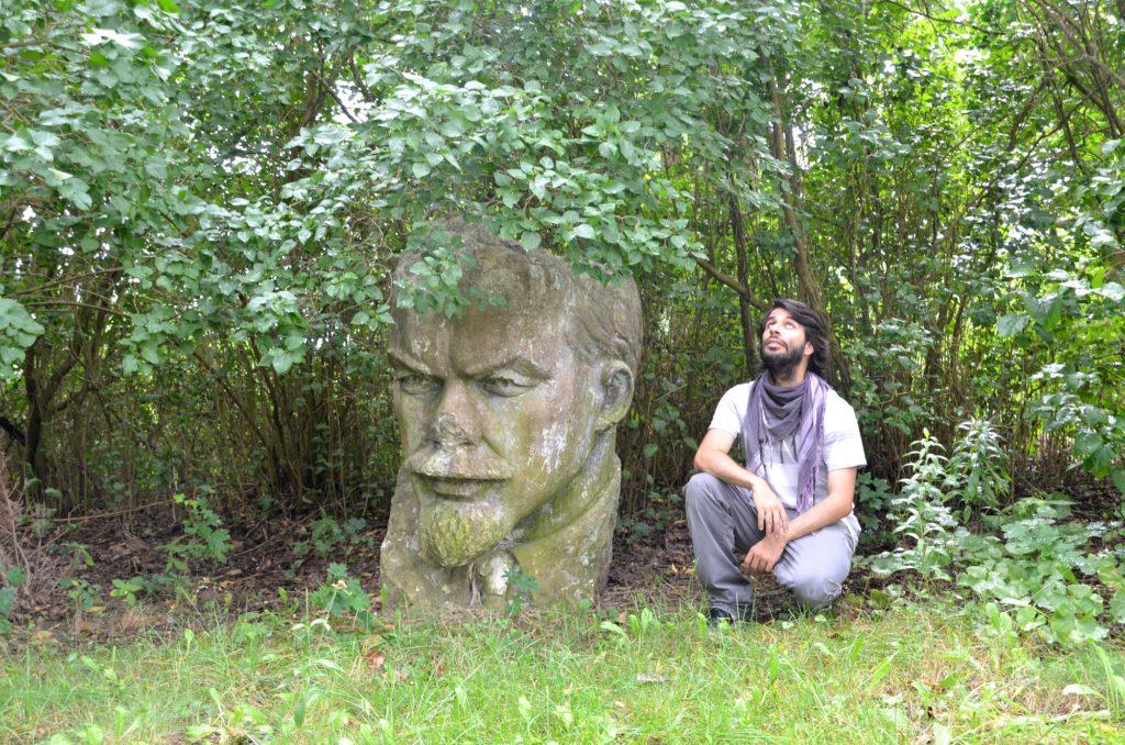 Lenin-Denkmal im Gebüsch