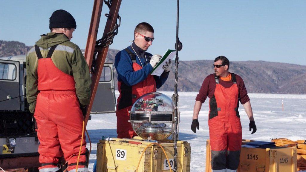 Wissenschaftler bereiten Sensoren für das Teleskop im Wasser vor.