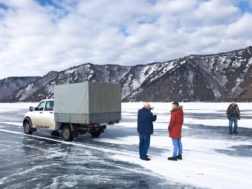 Exotischer Arbeitsplatz beim Teleskop im Baikalsee: Die Fahrt ins Lager der Expedition führt über das Eis.