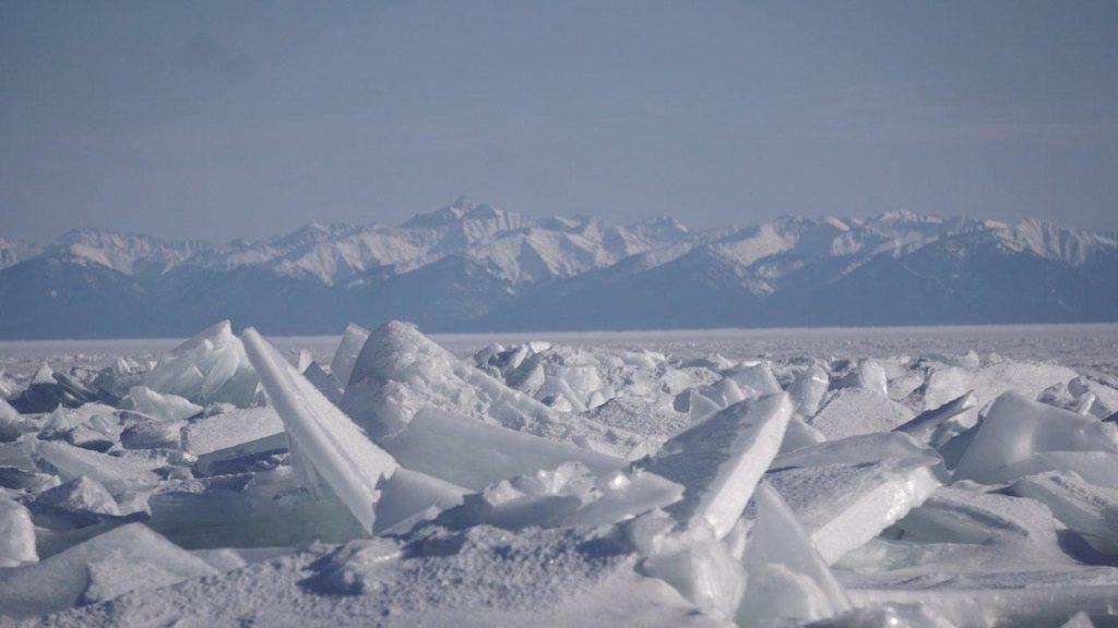 Spektakuläre Eissplitter erschweren die Fahrt über den Baikalsee.