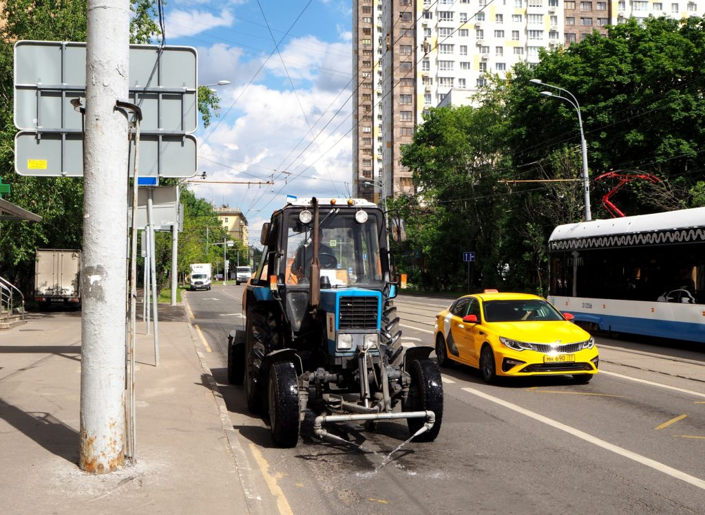 Die blauen Traktoren gehören zum vertrauten Bild in Moskau.